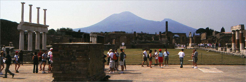 Het forum (de markt) van Pompeii in het late middaglicht.