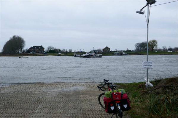 Het Opheusdense Veer over de Nederrijn