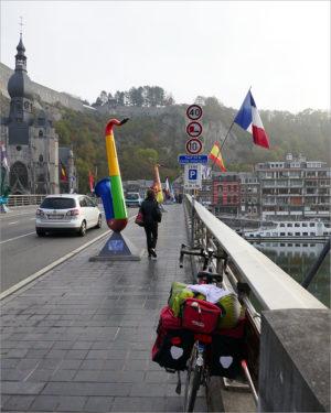 Charles de Gaulle-brug in Dinant, fietsen naar Parijs