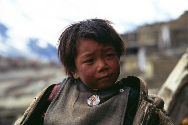 Jongen met amulet, Annapurna Circuit, Nepal