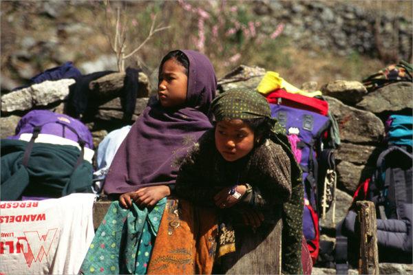 Twee meisjes tijdens een eetstop onderweg, Annapurna Circuit, Nepal