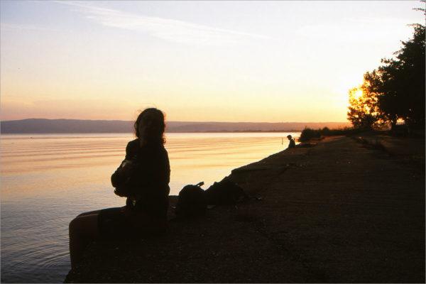 Elsbeth en het Lago di Bolsena bij zonsondergang.