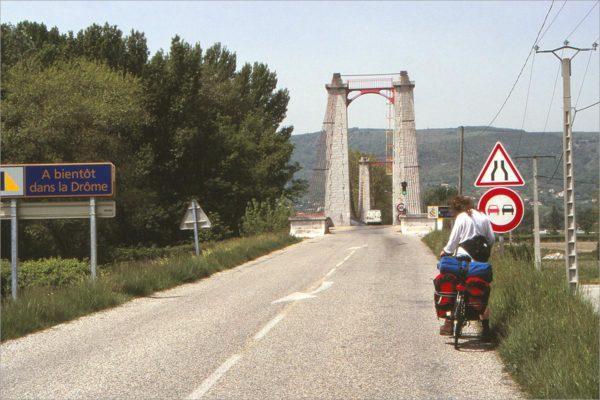 Brug over de Rhône, we rijden de Drôme uit en de Ardèche in.
