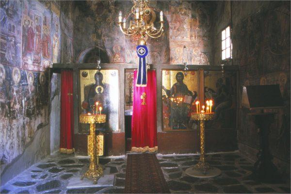 De iconostase, de wand met iconen tussen het altaar en de ruimte met de kerkgangers.