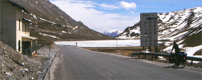 De Frans-Italiaanse grens op de col.