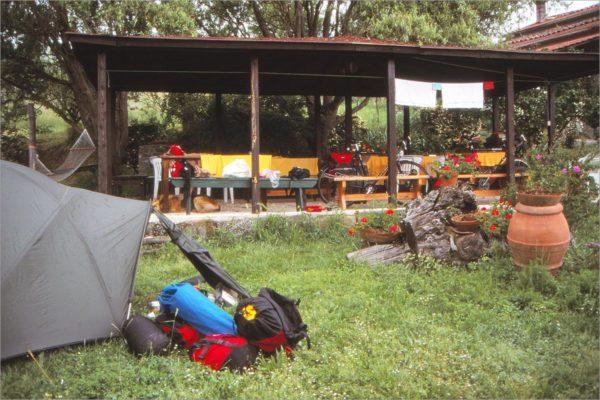 Kamperen in de tuin van agriturismo Il Bardellino.