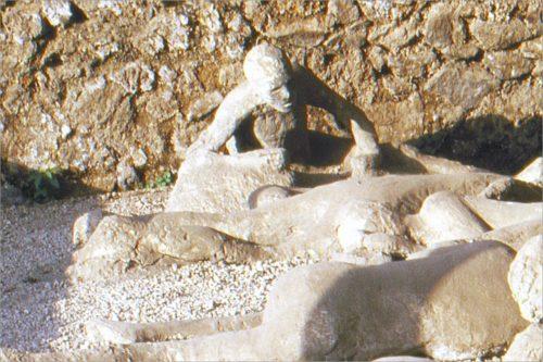 Afgietsels van inwoners van Pompeii, in de positie waarin ze stierven.