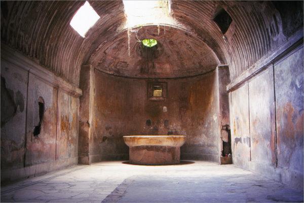 Het caldarium (warmwaterbad) van de thermen (badhuizen) van het forum van Pompeii.