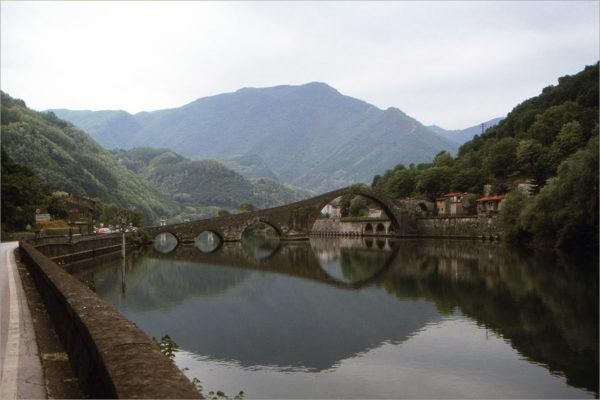 Middeleeuwse Ponte della Maddalena in het Serchio-dal.