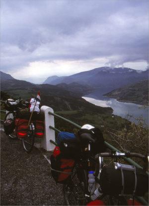 Uitkijken over het stuwmeer, in de verte de voor-Alpen.