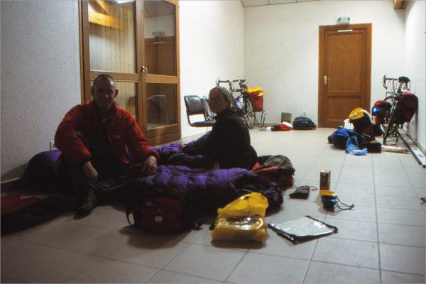 Slapen op de grond in de campingreceptie.