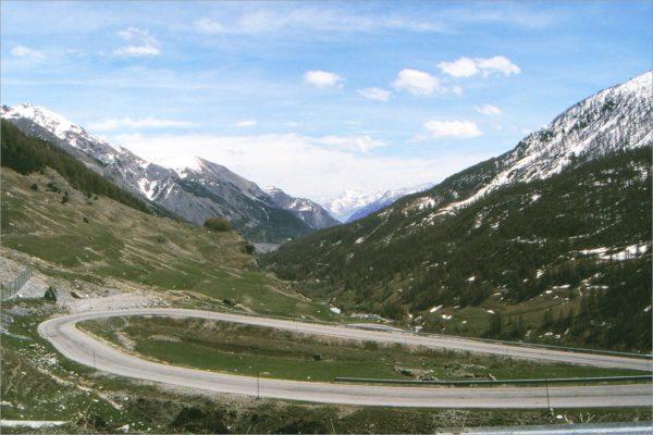 De tornanti (haarspeldbochten) aan de Italiaanse kant, blik op het Sturadal.
