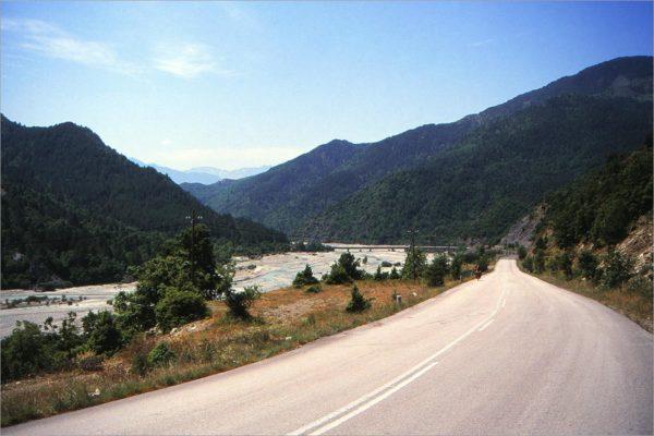De brede kiezel-rivierbedding van de Sarantaporos.
