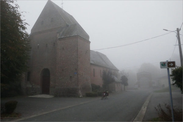 Kerk in Jeantes, fietsen naar Parijs