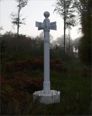 Wegwijzer in het bos van Compiègne.