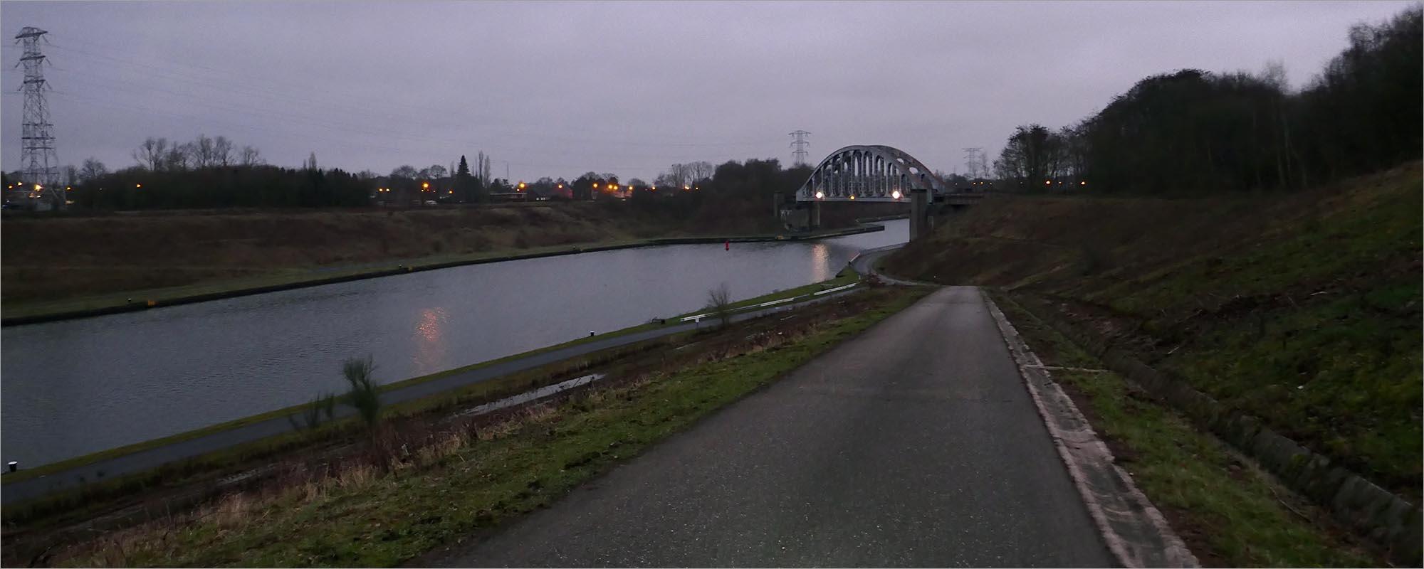 Het Albertkanaal in het beginnende donker.